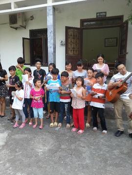 吉田さんが毎月慰問するベトナムの孤児院  日本の童謡「故郷」を練習し、歌えるように