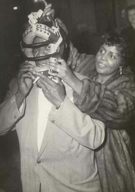 Nella foto Louis Armstrong indossa la maschera da catcher