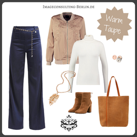 Outfits-Trend Flared Jeans, Bomberjacke in Trendfarbe Beige