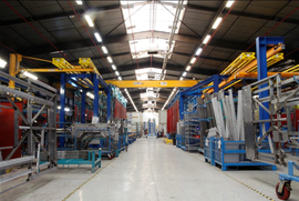 Ossatures de véhicules 12m (en bleu) et système de manutention de celles-ci (en jaune) - © HeuliezBus