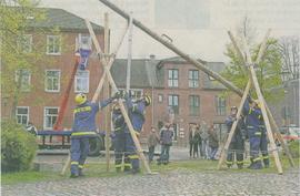 Mitglieder des Technischen Hilfswerks demonstrierten auf dem Franziskanerplatz den Bau einer Behelfsbrücke im Rahmen der Benefizaktion, die der Stadtrnusikbund organisiert hatte.                   RP-FOTO: JÜRGEN LAASER