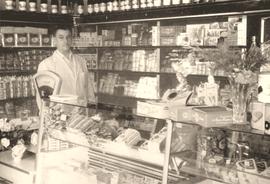 Karl Luft in seinem Geschäft in der Hauptstraße