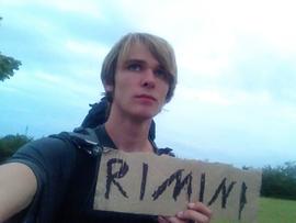 Junge trampen Mann Pappe Rimini Backpacker Rucksack Italien