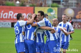 Boris, al fondo, corre a celebrar uno de los goles conseguidos por el Avilés el pasado domingo.