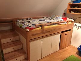 Kinderbett mit viel Stauraum / Kernbuche