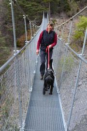 Gertrue und Kurt sind sehr stolz, dass er die schmale Hängebrücke überquert hat