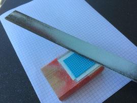 Kunststoff mit Feile auf 0.5 mm abgetragen.