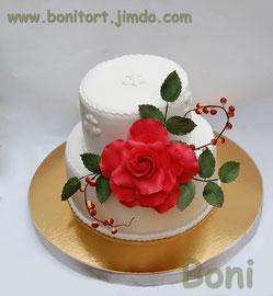 красная роза с ягодками на белом