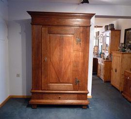 Schrank, Eiche um 1800, Preis: 1800 € ,Breite  118 (134)cm, Tiefe 52,5 (62)cm, Höhe: 200 cm