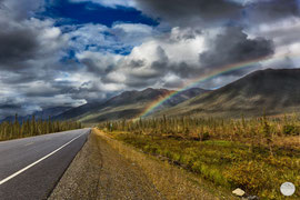 "Bild: rainbow over Brooks Range Mountains at Dalton Highway, Alaska, ""rainbow highway""; www.2u-pictureworld.de"