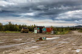 "Bild: Yukon River Camp at Dalton Highway with Gift Shop, Alaska, ""Gift Shop at Yukon River""; www.2u-pictureworld.de"