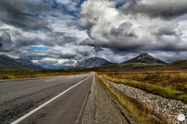 "Bild: Dalton Highway between Coldfoot and Atigun Pass, Alaska, ""a long way""; www.2u-pictureworld.de"