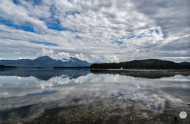 "Bild: water refelctions on Admiralty Island, Alaska, ""island refelections""; www.2u-pictureworld.de"