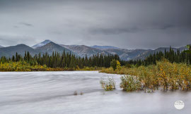 "Bild: River along Dalton Highway, Alaska, USA; ""flow of Dalton time""; www.2u-pictureworld.de"