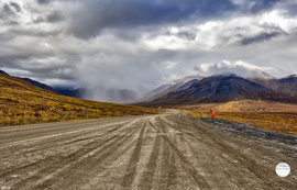 "Bild: Dalton Highway with view on Atigun Pass, Alaska, ""on the way to Atigun Pass""; www.2u-pictureworld.de"