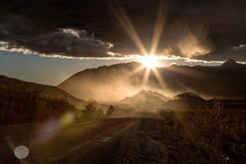 "Bild: Denali Hwy near Paxson, Alaska, ""dusty light""; www.2u-picturworld.de"