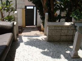 du perron vers la porte d'entrée principale