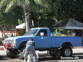 Sonntags auf der Plaza, Autowäsche..