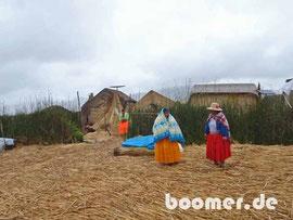 die Bewohner in ihren traditionellen Trachten