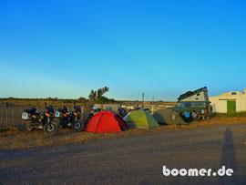 Camp an der Tankstelle