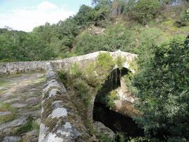 Römerbrücke Ponte Taboada über den Rio Deza