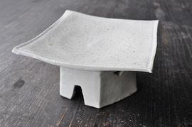白瓷灰被四角高台皿