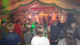 Am Samstagabend läßt JOKEBOX das Zelt beben ..