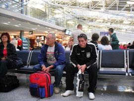 Ukraine 2009: MSCR und Andre Retich warten auf den Abflug in Kiew/Flughafen