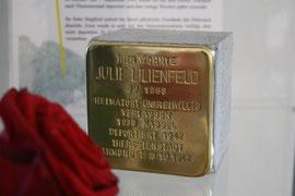 Julie Lilienfeld, deren Stein vorerst in einer Vitrine in der ehem. Synagoge gelegt werden musste, weil die Hauseigentümer nicht mit dem Stein einverstanden sind.