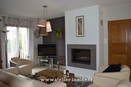 Salon contemporain avec cheminée insert