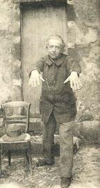 posture d'un guérisseur traditionnel auvergnat (voir coudes et genoux)