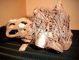 """""""Krieg"""" / Werkverzeichnis 1.558 / datiert 1998 / Maße: maximale Breite 10,0 cm / maximale Höhe 11,0 cm, maximale Länge 18,0 cm Drähte, Metallfedern, Schrauben, Schraubenschlösser, Bolzen sowie weitere Materialien zusammengebunden mit Draht"""