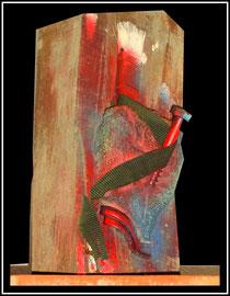 """""""Waffe"""" Werkverzeichnis 1.791 / datiert 11/1998 / Maße: maximale Breite 14,3 cm / maximale Höhe 32,5 cm Handschuh, Pinsel, Eisenschraube, Gewebeband, Nägel und diverse Farben und Lacke auf Brennholzscheid"""