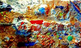"""""""Grabplatte"""" WVZ 2.328 / Steyerberg, 10/99 / Lehmkonstruktion mit Federn, Flasche, Rinde und weiteren Materialien auf Spanplatte / Maße des liegenden Bildes b 56,0 cm * t 35,0 cm (stark beschädigt)"""
