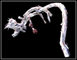 """""""Krieg"""" Werkverzeichnis 9. Ohne Datum entstanden während des Balkankrieges ca. 1995. Baumwurzel weiß besprüht mit am Draht angehängten Metallbolzen. Maximale Höhe 31,0 cm / Maximale Länge 70,0 cm."""