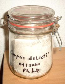 """""""Corpus delecti"""" / WVZ 3.303 / 01/2001 / Einweckglas gefüllt mit weißer Wolle und Schraube / Maße b 10,0 cm (rund) * h 15,0 cm / Diese Schraube im Reifen hatte mein Motorrad im Januar 2001 lahm gelegt. Das blieb mir auf meiner Reise ab März 2001 erspart."""