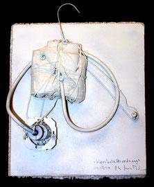 """""""Klerikale Verordnung"""" WVZ 2.119 / 09.07.99 / Metallkleiderbügel, Schrauben, Klopapierrolle, Kabel, Schnur, Stecker, Steckdose, weiße Farbe a. Spanplatte / b 34,0 cm * h 30,5 cm"""