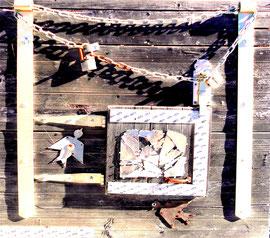 """""""Deutschland einig Vaterland"""" - oder - """"Zwei Vögel gegen den Himmel"""" Gestringen, in den Jahren 1991 / 1992, Werkverzeichnis 266, renovierungsbedürftige Materialmontage: Eisenscharniere, Riegel, Kette, Schlösser, verschlossenes Tor, Bandeisen, Spiegelscher"""