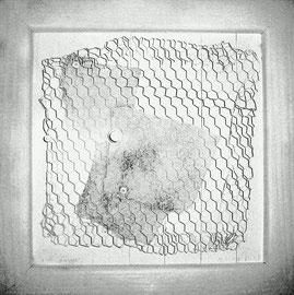 """""""Gefangene Werte"""" / Werkverzeichnis 3.433 / datiert 18.11.2002 / Schmirgelpapier, Schrauben, Maschendraht und weiße Farbe auf gerahmten Holz Maße / b ca. 30,0 cm * h ca. 30,0 cm / Verkauft an Isabell und Daniel aus der Schweiz"""