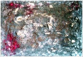 """Antikriegsbild """"Schlachtfeld im Winter"""", Werkverzeichnis 1.020. Datiert 08/96. Diverse Farben, Blut, Leim, Zeitungsausschnitte, zerfetzte Stoffe, Holzring, Erde, Blätter, Grassamen und weißer Lack auf Leinwand. Größe b 100,0 cm * h 70,0 cm."""