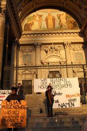 Vor dem Berliner Dom. Schüler mit Transparenten. 75 Jahre Pogromnacht. Foto: Helga Karl