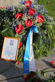 """Blumen von """"Zentralrat der Juden in Deutschland"""" am 9.Mai 2013, Sowjetisches Ehrenmal Berlin. Foto: Helga Karl"""