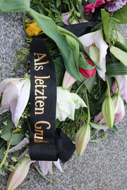"""Blumen mit Schleife """"Ein letzter Gruß"""". 9. Mai Sowjetisches Ehrenmal Berlin. Foto: Helga Karl"""