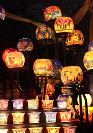 Ein Stand mit kunstvollen Leuchten in strahlenden Farben, Weihnachtsmarkt am Roten Rathaus. Foto: Helga Karl 2014