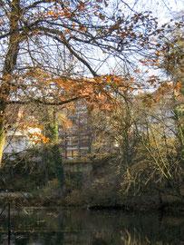 Blick vom gegenüberliegenden Seeufer auf das Haus