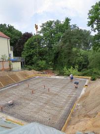 Blick von der Straße auf das Grundstück - Beginn der Bauarbeiten