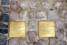 Très souvent sur les trottoirs, ces plaques du souvenir