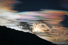 Questo fenomeno si chiama Pileo. Nuvole colorate pochi minuti prima del sorgere del Sole