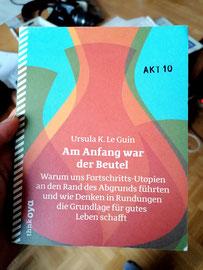 Ursula K. Le Guin, Am Anfang war der Beutel - Warum sich Fortschritts-Utopien an den Rand des Abgrunds führten und wie Denken in Rundungen die Grundlage für gutes Leben schafft, www.think-oya.de, 2020
