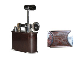 "Tisch Feuerzeug ""THE CLASSIC JUMBO"", Made in England, Patents England 286838/27. Herg. in England in den 1920er - Breite 8.5 cm, Höhe (Bakelitkörper) 5 cm"